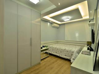 Graça Brenner Arquitetura e Interiores Chambre moderne Bois d'ingénierie Gris