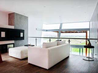 Casa Asia Golf II: Salas de entretenimiento de estilo  por Carughi Studio