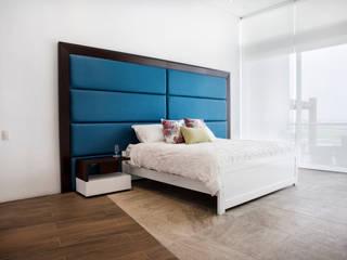 Casa Asia Golf II: Dormitorios de estilo  por Carughi Studio