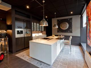 Cuisine allemande haut de gamme SieMatic: Espaces commerciaux de style  par IDKREA