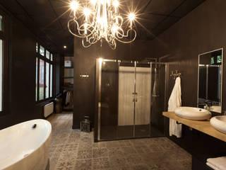 Aménagement salle de bain design Espaces commerciaux modernes par IDKREA Moderne