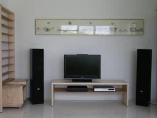 Il ciliegio dentro: Sala multimediale in stile  di Studio Nicola Tessari, Minimalista