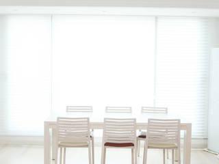세련된 와인컬러 포인트 인테리어와 싱그러운 아이공부방 구경하기: 퍼스트애비뉴의  거실,모던