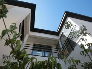 コの字型中庭と家族のつながり_二世帯住宅_千葉: 株式会社ハーミットクラブデザインが手掛けた家です。