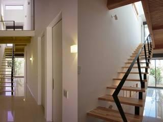 コの字型中庭と家族のつながり_二世帯住宅_千葉 モダンスタイルの 玄関&廊下&階段 の 房総イズム モダン