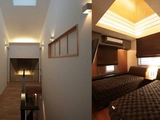 コの字型中庭と家族のつながり_二世帯住宅_千葉: 株式会社ハーミットクラブデザインが手掛けた廊下 & 玄関です。