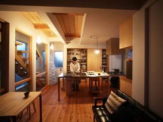 無垢材とガルバニウムのナチュラルモダン_二世帯住宅 和風デザインの リビング の 房総イズム 和風