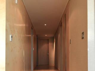 청라반도보라 2차 (Chunglabanbobora 2nd) Pasillos, vestíbulos y escaleras modernos de 진플랜 Moderno