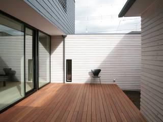35坪の家を40坪にする中庭のある家_木更津 モダンデザインの テラス の 房総イズム モダン