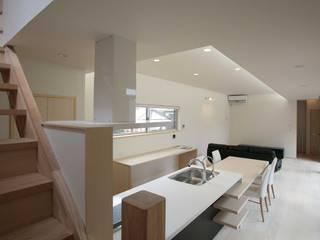 35坪の家を40坪にする中庭のある家_木更津 モダンな キッチン の 房総イズム モダン