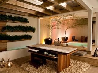 Spa in stile tropicale di Perotto E Fontoura Estúdio de Arquitetura Tropicale