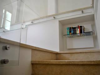 現代風玄關、走廊與階梯 根據 ArcKid 現代風