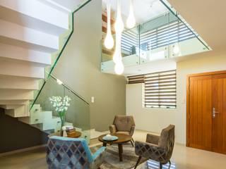 Living room by KARLEN + CLEMENTE ARQUITECTOS