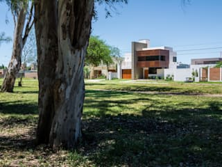 CASA OXIDADA: Casas de estilo  por KARLEN + CLEMENTE ARQUITECTOS