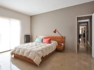 モダンスタイルの寝室 の KARLEN + CLEMENTE ARQUITECTOS モダン セラミック