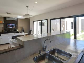 Cozinhas modernas por KARLEN + CLEMENTE ARQUITECTOS Moderno Cerâmica