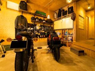 Garage/shed by QUALIA, Rustic