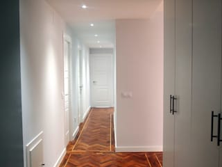 Modern Corridor, Hallway and Staircase by Reformmia Modern