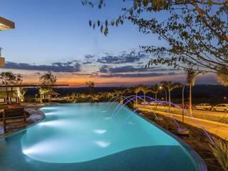 Tropical style pool by Barros e Zanolini Arquitetura e construção Tropical