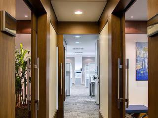 Sede Corporativa Impactante Corredores, halls e escadas modernos por BG arquitetura | Projetos Comerciais Moderno