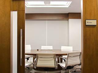 Detalhe acesso sala de Reuniões: Escritórios  por BG arquitetura | Projetos Comerciais