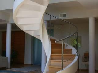 Nowoczesne schody Minimalistyczny korytarz, przedpokój i schody od A.P. RUD Schody Minimalistyczny