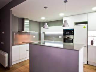 Grupo Inventia Cocinas de estilo moderno Derivados de madera Blanco
