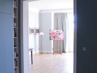 APPARTEMENT PARIS: Couloir et hall d'entrée de style  par French Home