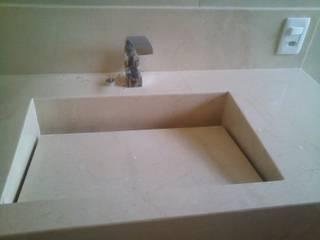 suíte do casal: Banheiros  por Margareth Salles