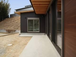 折戸の家: 加門建築設計室が手掛けた窓です。