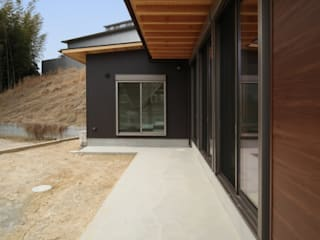 Klasyczne okna i drzwi od 加門建築設計室 Klasyczny