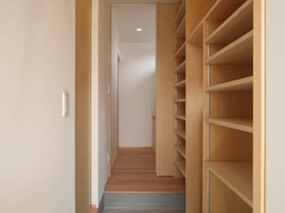 Classic style corridor, hallway and stairs by 加門建築設計室 Classic