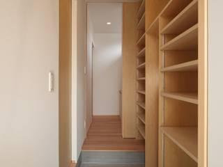 Klasyczny korytarz, przedpokój i schody od 加門建築設計室 Klasyczny