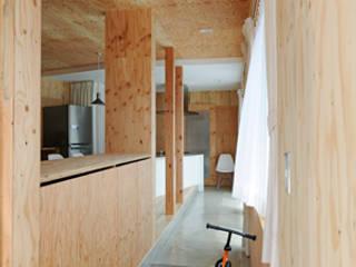 Nowoczesny korytarz, przedpokój i schody od 加門建築設計室 Nowoczesny