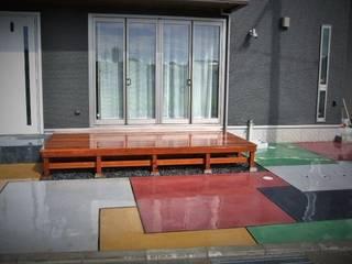 カラフルカースペースとウリンデッキ: TARUSHI  TheGardenWorkeres  HIroshimaが手掛けた庭です。