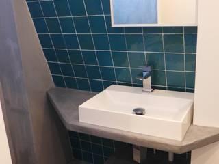Rénovation appartement 28m² Paris: Salle de bains de style  par Virginie Barnaba Architecture