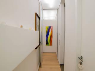casa AG: Camera da letto in stile  di WhiteArchitetti