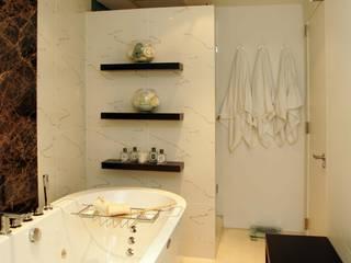 元代々木 築40年マンションリノベーション: 澤山乃莉子 DESIGN & ASSOCIATES LTD.が手掛けた浴室です。