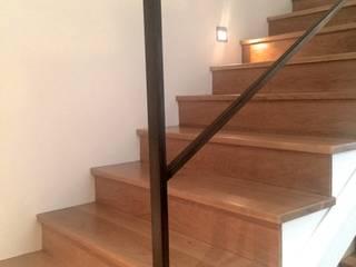 Couloir, entrée, escaliers modernes par EKIDAZU Moderne