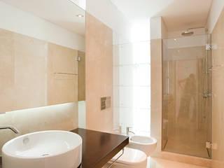 Minimalist bathroom by Ricardo Caetano de Freitas | arquitecto Minimalist