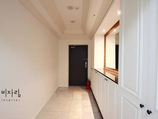 Couloir, entrée, escaliers modernes par 비자림인테리어 Moderne