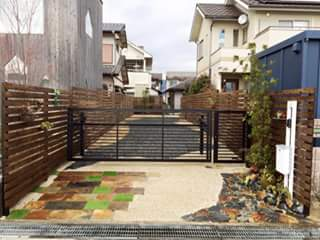奥へ奥へと続くウッドフェンス: TARUSHI  TheGardenWorkeres  HIroshimaが手掛けた折衷的なです。,オリジナル