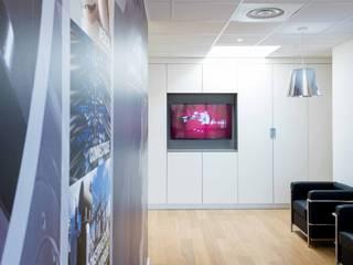 Réhabilitation contemporaine complète de bureaux réHome Espaces de bureaux modernes Bois