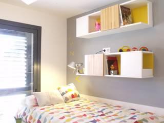 Cama/escritorio y estantes de haya : Dormitorios infantiles de estilo escandinavo de ALBERT SALVIA dissenyador d'interiors