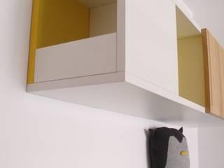 Los estantes de pared: Dormitorios infantiles de estilo escandinavo de ALBERT SALVIA dissenyador d'interiors