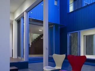 Modern corridor, hallway & stairs by 有限会社 橋本設計室 Modern