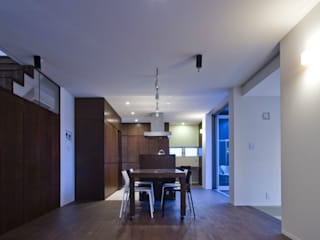 Salas de jantar modernas por 有限会社 橋本設計室