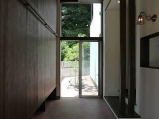 Corredores e halls de entrada  por 有限会社 橋本設計室