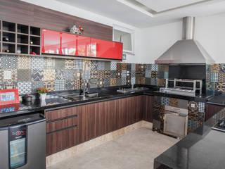 Varanda gourmet e Piscina Garagens e edículas modernas por Heloisa Titan Arquitetura Moderno