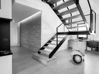 Modern corridor, hallway & stairs by Mario Ferrara Modern